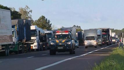 Mesmo com anuncio de redução, caminhoneiros protestam no RS contra alta do diesel