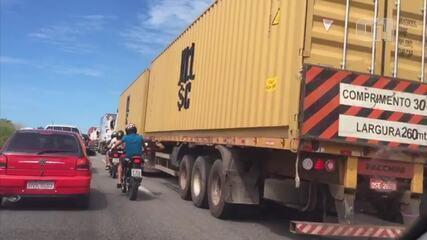Caminhoneiros bloqueiam trechos da BR-116 no 3º dia seguido de protestos