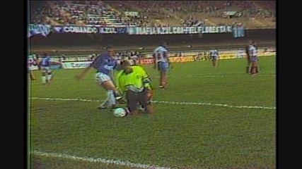 Rodolfo Rodrigues larga a bola, e Ronaldo mostra malandragem ao roubar a bola para marcar