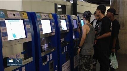 Passageiros sofrem para comprar bilhete unitário nas novas máquinas do metrô
