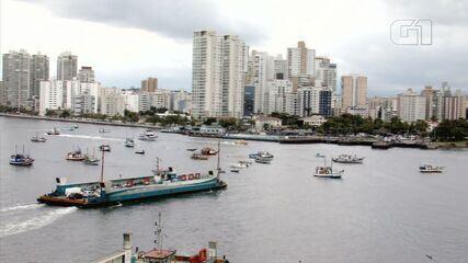 Embarcações de pesca bloqueiam canal de navegação do Porto de Santos, SP