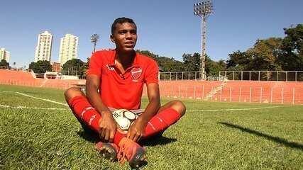 Zagueiro Petkovic da Silva busca espaço no futebol
