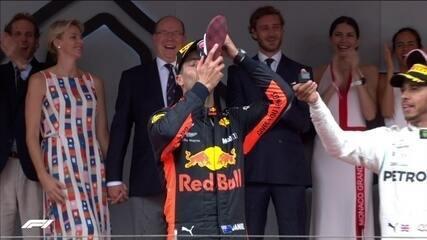 """Festa de Ricciardo com o """"shoeey"""" no pódio de Mônaco"""
