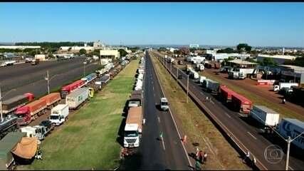 Governo atende reivindicações, mas caminhoneiros não voltam ao trabalho