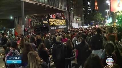 Professores de escolas particulares da capital fazem manifestação na Avenida Paulista