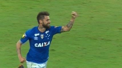 Gol do Cruzeiro! Rafael Sobis aproveita sobra de bola e abre o placar, aos 23' do 2T
