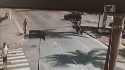 Jovem de 15 anos é atropelada por uma moto em Guarujá, SP