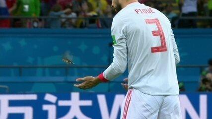Piqué se abaixa e pega passarinho antes da bola rolar contra Irã