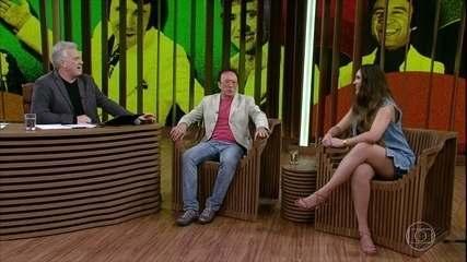Moacyr Franco apresenta a cantora Paola Karime