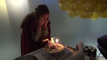 Marina Ruy Barbosa ganha festa surpresa nos bastidores de 'Deus Salve o Rei'