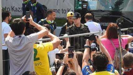 Seleção brasileira é recebida com festa dos torcedores em Kazan