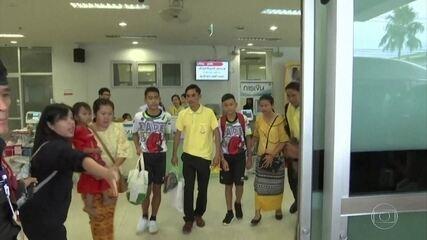 Meninos da Tailândia saem do hospital ao lado do treinador