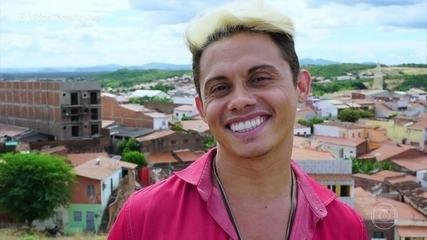 Silvero Pereira volta à cidade natal no interior do Ceará