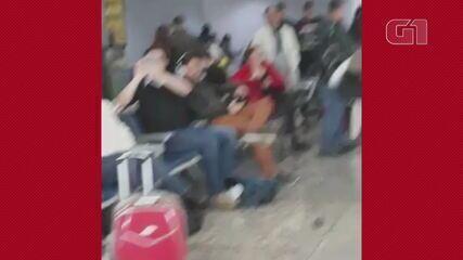 Passageiros aguardam novo embarque após cancelamento no Aeroporto Salgado Filho