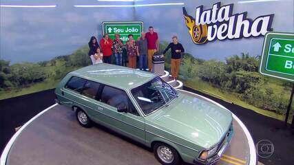 Seu João comemora a restauração do seu carro antigo