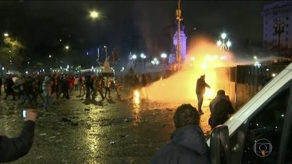 Argentina tem protestos violentos depois que Senado rejeita aborto até a 14ª semana