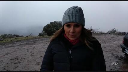 Equipe de reportagem da NSC TV registra o frio intenso na Serra catarinense