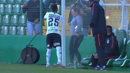 Clayson, do Corinthians, joga água em torcedora da Chapecoense