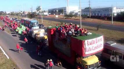 Manifestantes pró-Lula passam pela Estrada Parque Núcleo Bandeirante, em Brasília