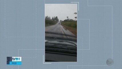 Motoristas reclamam de trechos esburacados na BR-491, entre Areado e Monte Belo, MG