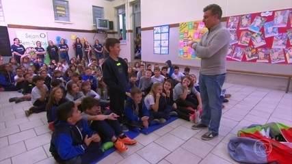 As crianças começam a fazer perguntas para Luciano Huck