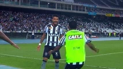 Gol do Botafogo! Aguirre tabela com Jean e bate na saída do goleiro aos 38' do 2º Tempo