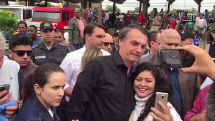 Jair Bolsonaro cumprimentou eleitores e tirou fotos, na Ceasa, no Rio de Janeiro