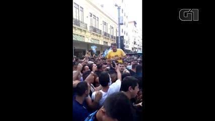Veja o momento em que Jair Bolsonaro leva facada