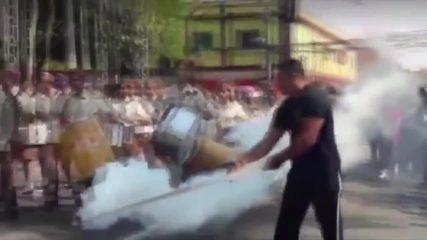 Vídeo mostra momento em que homem acendendo artefato e disparando gás durante desfile