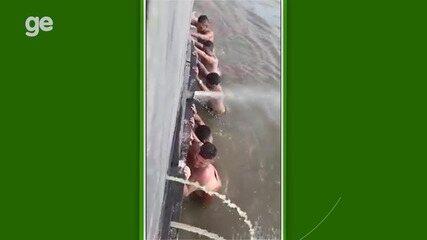 Jogadores caem na água para desencalhar barco e chegar a tempo para competição no PA