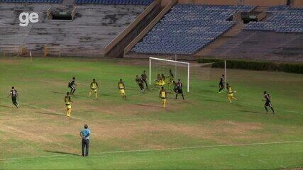 Zaga do Timon se atrapalha e sofre gol de empate após chutão errado na defesa; veja