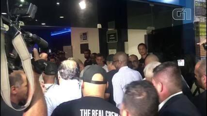 Caixão com corpo de Mr. Catra é aplaudido por fãs ao chegar no Teatro João Caetano, Rio