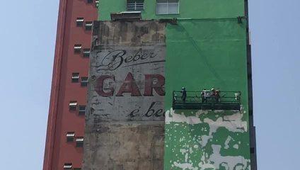 Anúncio histórico em prédio no Centro de SP é apagado por pintura