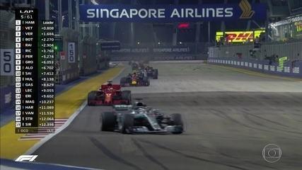 Recomeçou! Safety car sai da pista e, enfim, começa o GP de Cingapura