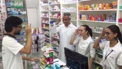 Ação em SP ensina funcionários de farmácia a atender clientes surdos