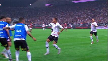 Pedrinho faz o gol da classificação do Corinthians contra o Flamengo