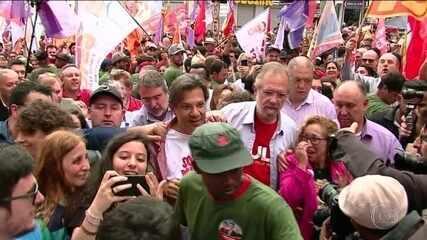 Candidato do PT, Fernando Haddad, faz campanha no Rio Grande do Sul