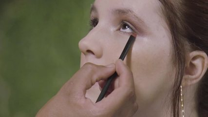 Jeniffer Oliveira aprende a fazer uma maquiagem arrasadora para a noite