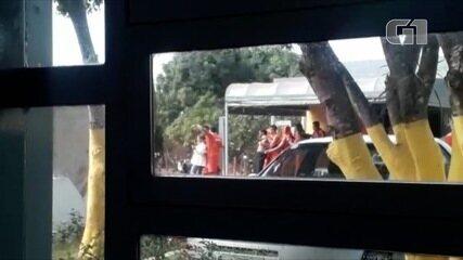 Vídeo mostra professora sendo levada como refém