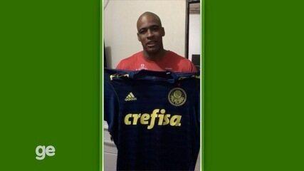 Deyverson e Jailson doam camisas do Palmeiras para ajudar no tratamento de criança