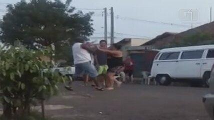 Manicure desmaia após levar paulada na cabeça em discussão entre vizinhos