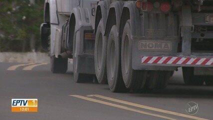 Caminhões com mais de 3 eixos ignoram proibição e trafegam na Serra de São Pedro