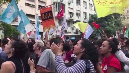 Manifestantes fazem ato na frente do TRE-RJ