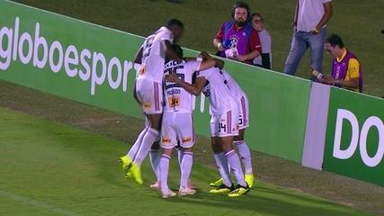 Gol do São Paulo! Rojas cruza, e Bruno Alves abre o placar, aos 36' do 1º tempo