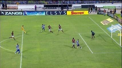 Neto Berola chuta colocado, e a bola passa muito perto do gol, aos 48 minutos!