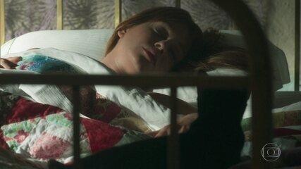 León deita na cama de Luz