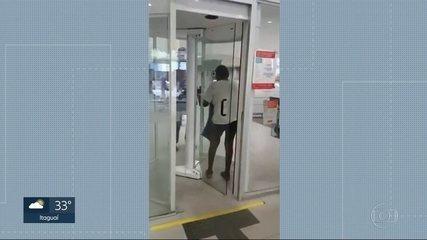 Idoso passa por humilhação e precisa ficar de cueca pra entrar em agência do Santander