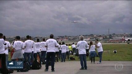 Fãs de aviões se reúnem em Guarulhos para ver o maior avião comercial do mundo