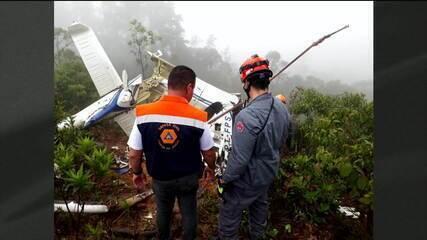 Bombeiros resgatam corpos das vítimas de queda de helicóptero em Campos de Jordão