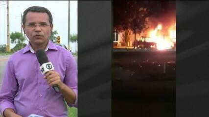 Bandidos incendeiam carros, explodem bancos e bloqueiam pontes em Bacabal/MA